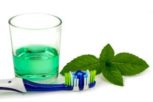 Collutorio e spazzolino per la lingua